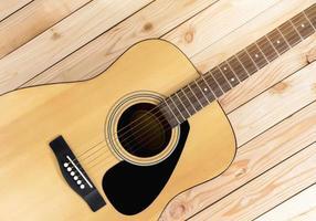 guitarra em uma mesa de madeira foto