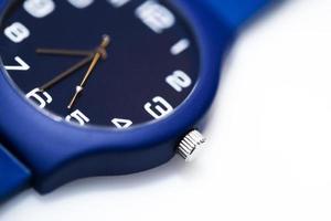 relógio de pulso em fundo branco foto