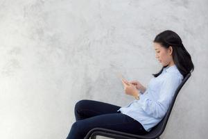 jovem mulher asiática tocando computador tablet. foto