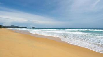 praia de areia tropical com oceano azul foto