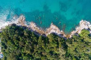 incrível vista aérea do mar de cima para baixo do fundo da natureza da praia foto