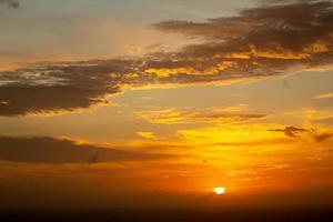 nuvens majestosas no céu pôr do sol foto