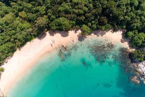 incrível vista aérea do mar de cima para baixo da praia foto