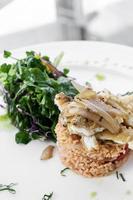 peixe português ao molho escabeche com refeição gourmet de arroz de tomate foto