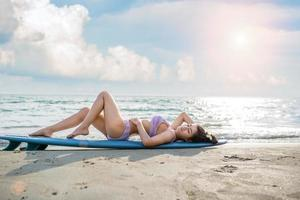 mulher sexy de biquíni na praia do mar foto