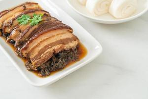 barriga de porco a vapor com receitas de cubbage de mostarda ou mei cai kou rou foto