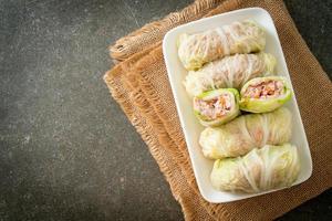 carne de porco picada embrulhada em couve chinesa foto