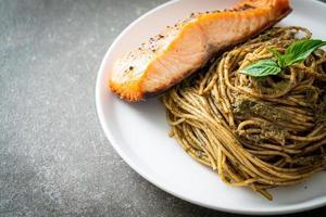 macarrão pesto caseiro espaguete com salmão grelhado - comida italiana foto