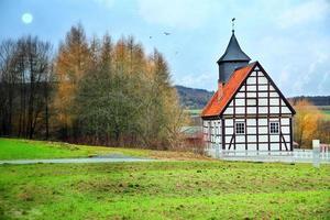 antiga casa de fazenda alemã vintage e natureza foto
