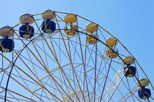 conceito de férias no parque infantil roda gigante foto