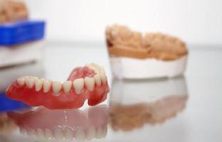 Placa dentária de porcelana de zircônio em loja de dentista foto