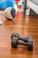 esporte treinamento peso halteres em chão de madeira foto