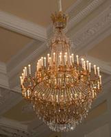 um grande lustre de cristal está pendurado na sala. foto