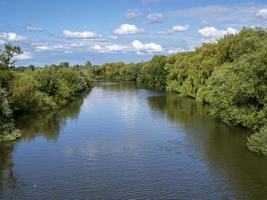 rio ouse perto de york, inglaterra, em um dia ensolarado de verão foto