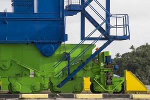 guindaste de cais gigante no estaleiro portuário foto