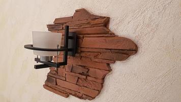 itens de interior. escada de madeira, lâmpada na parede. foto