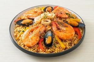 paella de frutos do mar com camarões, amêijoas, mexilhões com arroz de açafrão foto