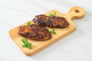 frango jerk jamaicano grelhado picante - comida jamaicana foto