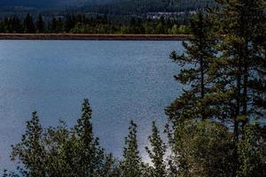 lago pedreira entre as árvores em canmore nordic pp, alberta, canadá foto