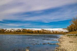Bow River em Wyndham e Carseland Provincial Park, Alberta, Canadá foto