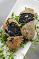 choco tinta preta portuguesa croquetes fritos aperitivos de entrada foto