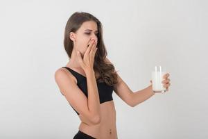 mulher jovem e bonita com copo de leite. foto
