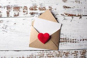 carta em branco sobre fundo de madeira, conceito de dia dos namorados. foto