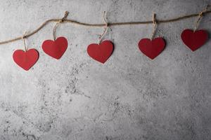 vista superior coração vermelho no fundo da parede. foto