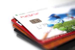 cartões de crédito isolados no fundo branco foto