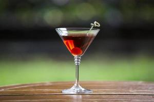 coquetel de álcool em um fundo bonito foto