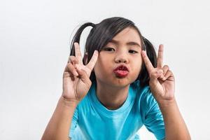 retrato de uma menina engraçada agindo em estúdio tiro. foto