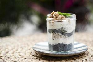iogurte rústico saudável caseiro e granola com sementes de manjericão café da manhã lanche foto
