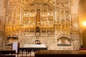 burgos, espanha, 2021 - retábulo de mármore barroco em uma igreja em burgos foto
