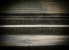 escada de concreto velha quebrada com rachadura foto