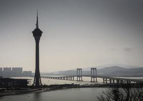 vista do horizonte da torre de macau e da ponte da taipa em dia de nevoeiro na china foto