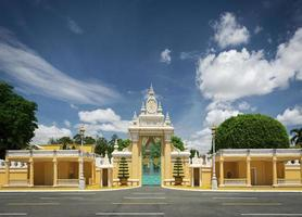 vista da fachada do palácio real na cidade de phnom penh, camboja foto