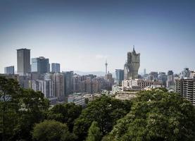 vista do horizonte urbano da fortaleza do guia com blocos de torres no centro de macau, china foto