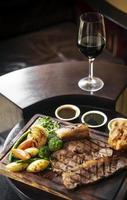 gourmet refeição tradicional britânica de rosbife de domingo em mesa de bar de madeira foto