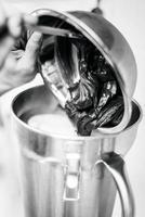 fazendo sorvete de sorvete com detalhes de preparação de equipamentos profissionais modernos no interior da cozinha foto