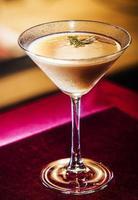 tomate e erva bloody mary martini copo de coquetel dentro de bar aconchegante foto