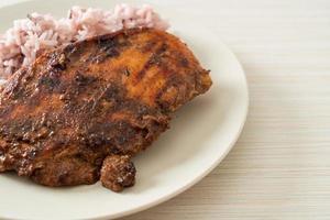frango jerk jamaicano grelhado picante com arroz - estilo comida jamaicana foto