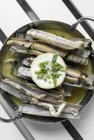 navajas lingueirão tapas salteadas com manteiga de alho molho de vinho branco em santiago de compostela espanha foto