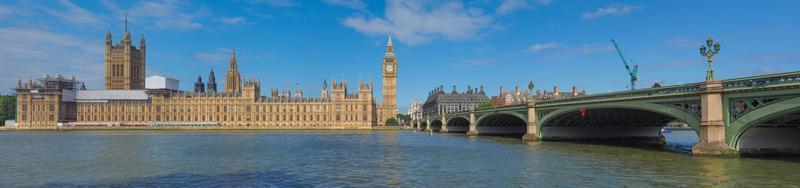 ponte de Westminster e casas do parlamento em Londres foto