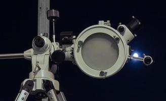telescópio astronômico olhando para o céu foto