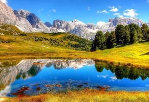 natureza de outono com fundo de montanha foto