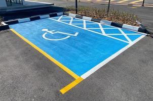 vista de um estacionamento para deficientes em tinta azul brilhante foto
