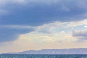 paisagem marinha de água azul turquesa e praia novi vinodolski croácia. foto