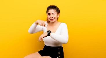 hora, mão e relógio de uma mulher asiática gestão de tempo foto
