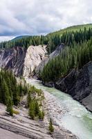 o rio ram flui pelo lado da montanha sob as quedas de ram foto