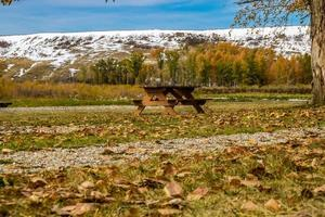 neve no início do outono no sopé e no rio Bow foto